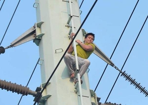 Thanh niên nghi ngáo đá trèo lên cột điện cao thế náo loạn phố Hà Nội hơn 2 giờ đồng hồ - Ảnh 1