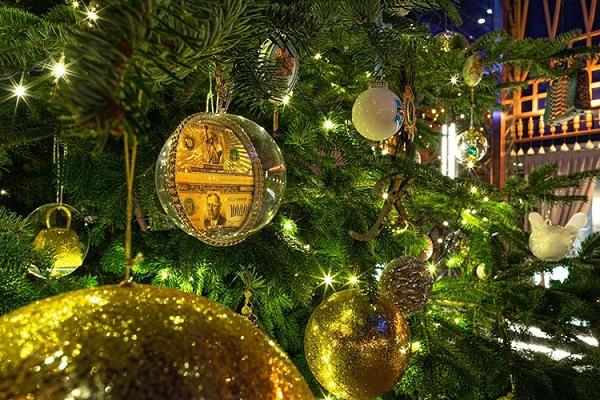 Cây thông Noel đắt nhất thế giới, giá 15 triệu USD có gì đặc biệt? - Ảnh 2