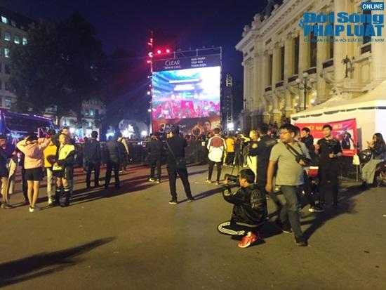 Phố phường Hà Nội rộn ràng trong ngày đội tuyển Việt Nam đá trận chung kết - Ảnh 2