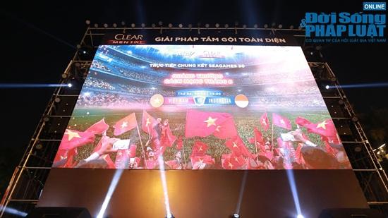 Phố phường Hà Nội rộn ràng trong ngày đội tuyển Việt Nam đá trận chung kết - Ảnh 15