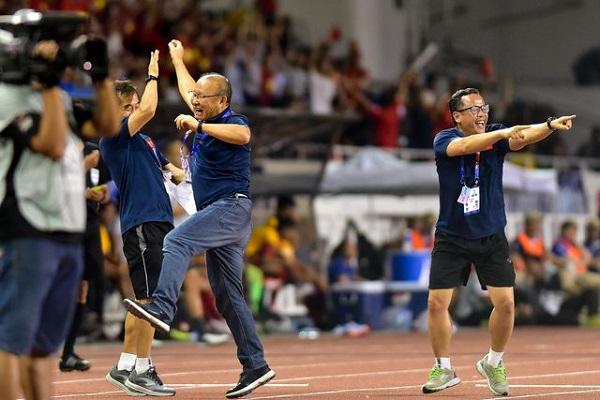 """Màn ăn mừng """"đáng yêu"""" của thầy Park khi Hùng Dũng ghi bàn vào lưới Indonesia - Ảnh 2"""