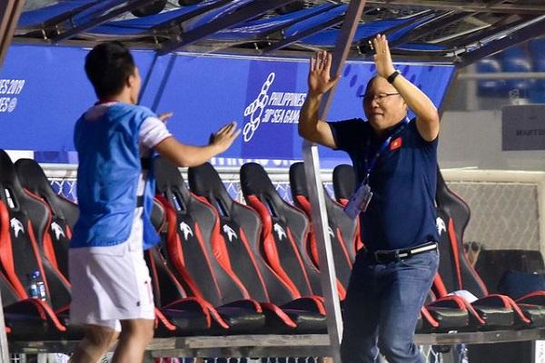 """Màn ăn mừng """"đáng yêu"""" của thầy Park khi Hùng Dũng ghi bàn vào lưới Indonesia - Ảnh 3"""