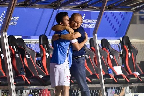 """Màn ăn mừng """"đáng yêu"""" của thầy Park khi Hùng Dũng ghi bàn vào lưới Indonesia - Ảnh 4"""