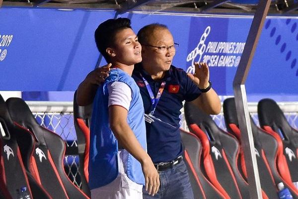 """Màn ăn mừng """"đáng yêu"""" của thầy Park khi Hùng Dũng ghi bàn vào lưới Indonesia - Ảnh 5"""