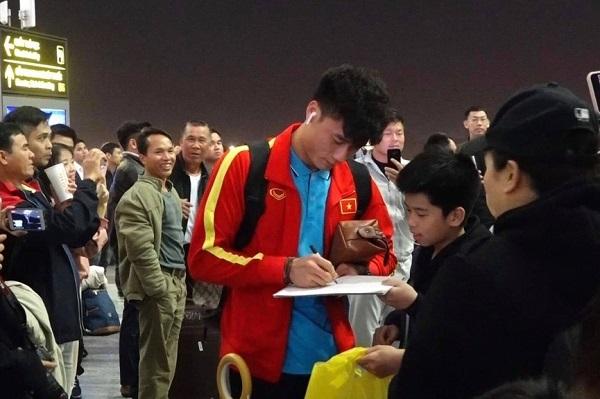 Nửa đêm, các tuyển thủ U23 Việt Nam lỉnh kỉnh xách hành lý sang Hàn Quốc tập huấn - Ảnh 4