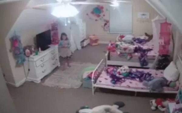 """Bé gái """"khóc thét"""" khi phát hiện điều ghê rợn từ camera lắp trong phòng của mình - Ảnh 1"""