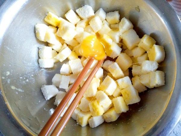 Ăn hàng mãi cũng chán, mẹ vào bếp làm món mới toanh từ bánh mì cho bữa sáng hấp dẫn - Ảnh 1