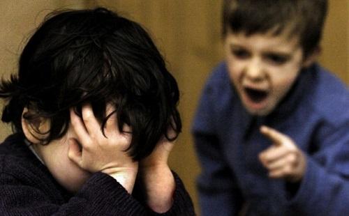 Con bị bạn học trêu đến mức muốn tự tử, mẹ tới trường làm điều khiến ai cũng vỗ tay thán phục - Ảnh 2