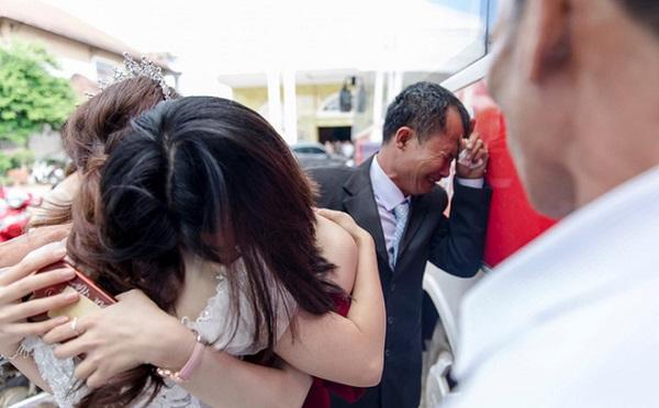 """""""Con gái rượu"""" lấy chồng cách nhà 10km, cha ôm mặt khóc """"cạn nước mắt"""" - Ảnh 2"""
