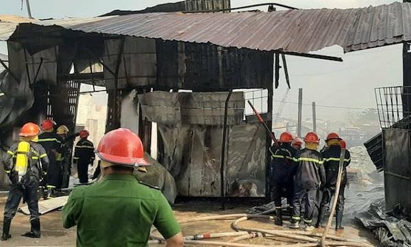 Cơ sở sản xuất dầu chai cháy dữ dội, công nhân nhảy sông thoát nạn  - Ảnh 2
