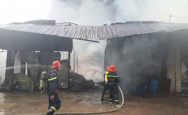 Cơ sở sản xuất dầu chai cháy dữ dội, công nhân nhảy sông thoát nạn  - Ảnh 1
