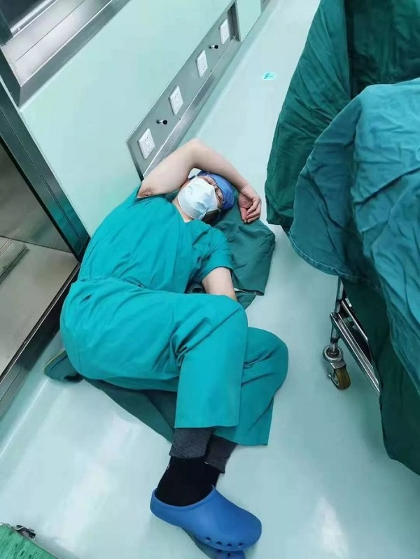 """Thực hiện liên tục 4 ca phẫu thuật trong 12 giờ, bác sĩ """"gục"""" trên sàn bệnh viện - Ảnh 1"""