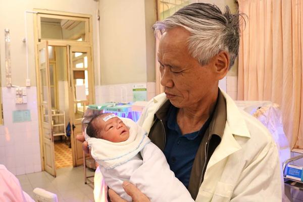 Tin tức đời sống mới nhất ngày 4/12/2019: Chồng 70 tuổi, vợ 54 tuổi ở Quảng Ninh vẫn sinh con khỏe mạnh - Ảnh 1