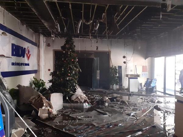 Cháy phòng giao dịch ngân hàng BIDV ngay dưới tầng 1 chung cư, nhiều người được giải cứu - Ảnh 5