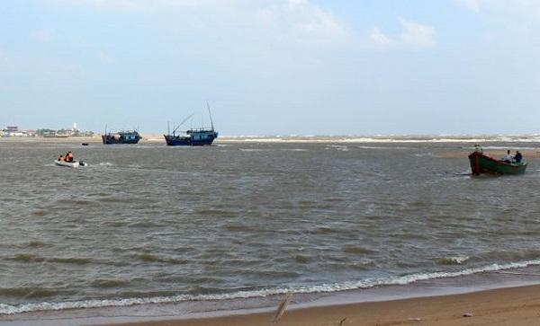 Sóng lớn đánh chìm tàu cá, 2 ngư dân Phú Yên mất tích - Ảnh 1