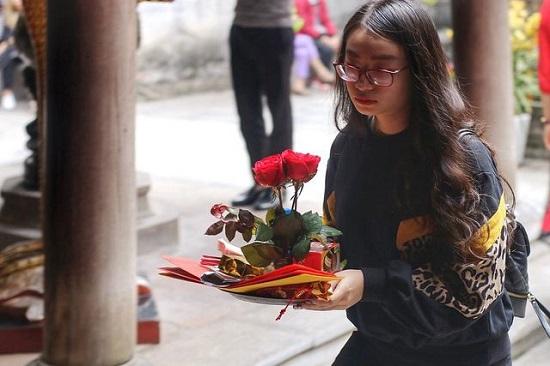 """Lễ tình nhân 14/2, nam nữ kéo nhau tới chùa Hà cầu duyên mong """"thoát ế"""" - Ảnh 3"""