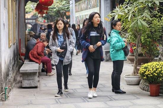 """Lễ tình nhân 14/2, nam nữ kéo nhau tới chùa Hà cầu duyên mong """"thoát ế"""" - Ảnh 1"""