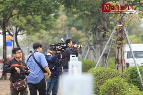 """Theo chân các phóng viên """"săn tin"""" trước thềm Hội nghị thượng đỉnh Mỹ - Triều - Ảnh 8"""