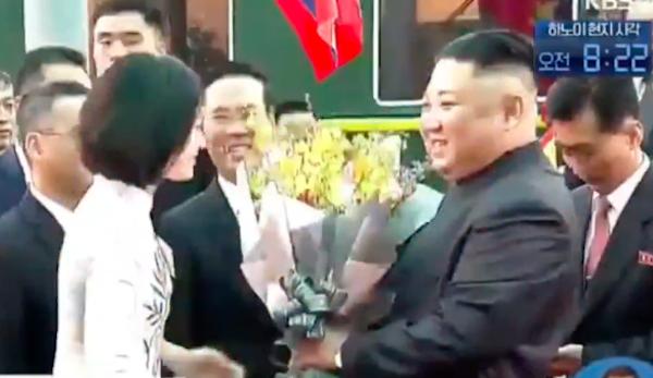 Hé lộ thông tin về nữ sinh mặc áo dài trắng tặng hoa cho ông Kim Jong-un - Ảnh 1