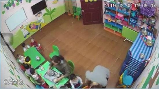 Cô giáo kéo trẻ vào góc khuất tát lia lịa vì không chịu ăn: Đóng cửa cơ sở mầm non Happy Stars - Ảnh 1