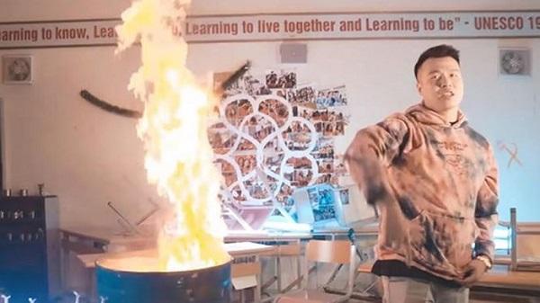 Vụ nhóm nhạc đốt sách vở của học sinh để quay MV: Hiệu trưởng nói không cho thuê phòng - Ảnh 1