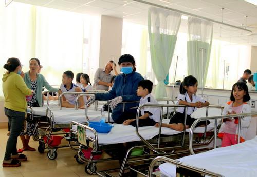 Gần 40 học sinh nhập viện cấp cứu sau khi ăn bánh kem, uống trà sữa tại lớp - Ảnh 1