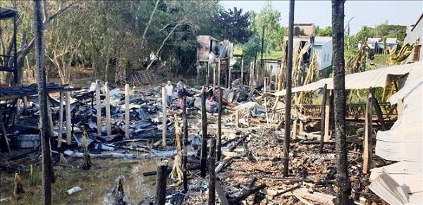 """""""Bà hỏa"""" ghé thăm trong đêm, 9 căn nhà bốc cháy ngùn ngụt - Ảnh 1"""