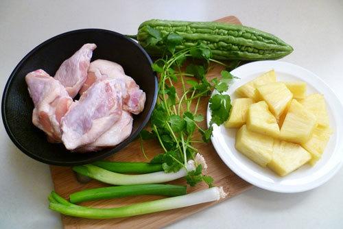 Món ngon mỗi ngày: Canh gà nấu khổ qua lạ mà cực bổ dưỡng - Ảnh 1