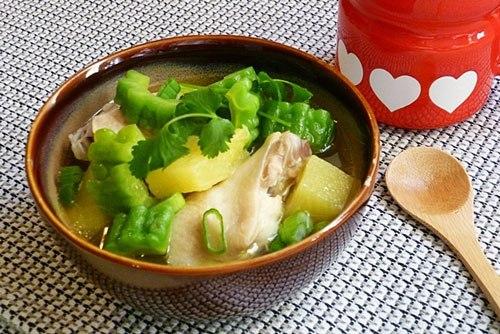 Món ngon mỗi ngày: Canh gà nấu khổ qua lạ mà cực bổ dưỡng - Ảnh 4