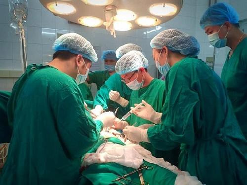 Kinh hãi người đàn ông 41 tuổi nhập viện với cây kéo còn cắm sâu vào ngực - Ảnh 2