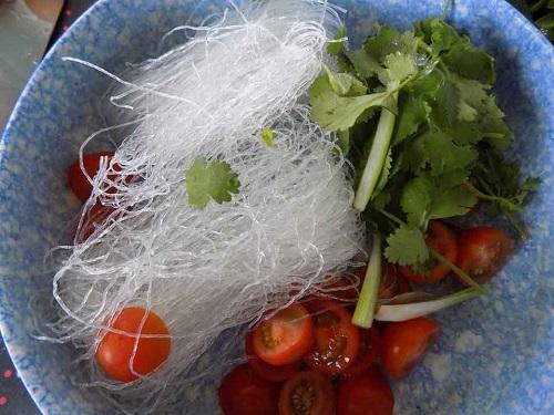 Món ngon mỗi ngày: Gỏi tôm chua lạ mà ngon - Ảnh 1