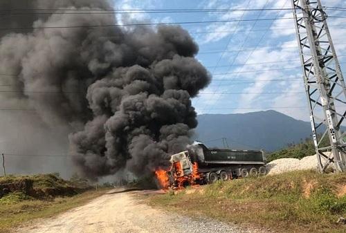 Vướng đường điện 35 KV, xe đầu kéo bốc cháy ngùn ngụt - Ảnh 1