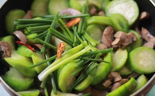 Món ngon mỗi ngày: Cật heo xào mướp thơm ngon, bổ dưỡng - Ảnh 4