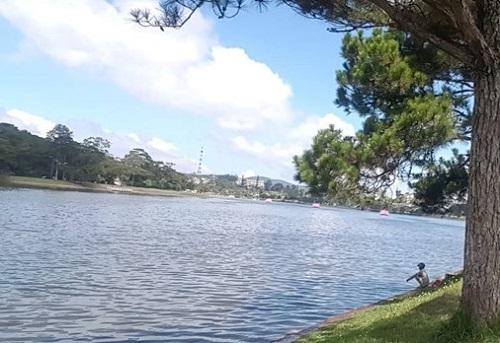 Bàng hoàng phát hiện thi thể cô gái trẻ nổi trên hồ Xuân Hương - Ảnh 1
