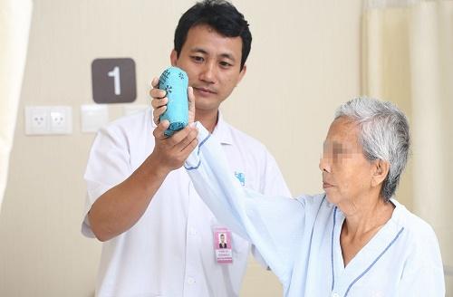Chích thuốc trị đau khớp tại nhà, người phụ nữ bị liệt toàn thân - Ảnh 1