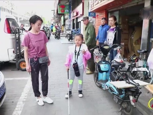 Xúc động câu chuyện mẹ giả vờ để con gái mù tự đến trường suốt 5 năm - Ảnh 1
