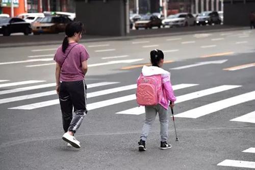 Xúc động câu chuyện mẹ giả vờ để con gái mù tự đến trường suốt 5 năm - Ảnh 3