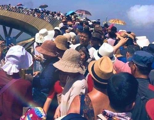 Thót tim cảnh du khách trèo ra ngoài lan can Cầu Vàng để tạo dáng chụp ảnh - Ảnh 1