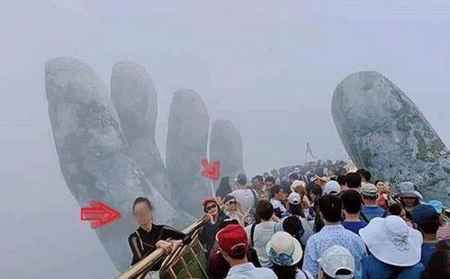 Thót tim cảnh du khách trèo ra ngoài lan can Cầu Vàng để tạo dáng chụp ảnh - Ảnh 2