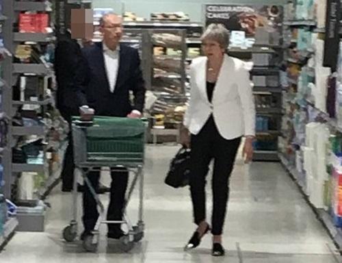 Sau tuyên bố từ chức, thủ tướng Anh thoải mái đi siêu thị cùng chồng - Ảnh 2