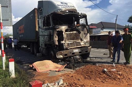 Xe container tông liên hoàn 3 phương tiện rồi bốc cháy, 1 người tử vong - Ảnh 1