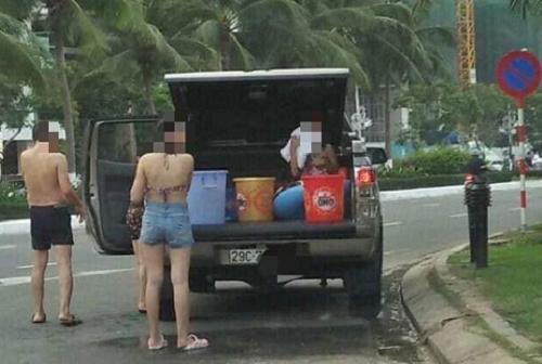 """Cả gia đình thản nhiên dừng ô tô lập """"phòng tắm di động"""" giữa đường phố Đà Nẵng - Ảnh 1"""