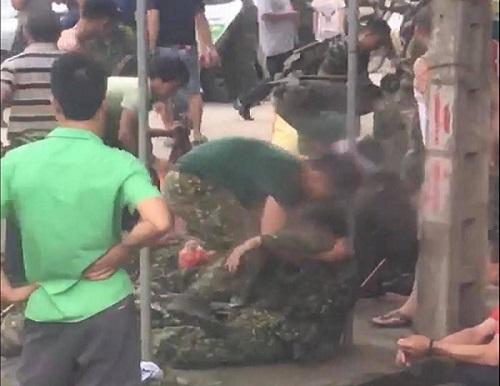 Xe chở bộ đội ra thao trường bị lật, hơn 30 chiến sĩ bị thương - Ảnh 3
