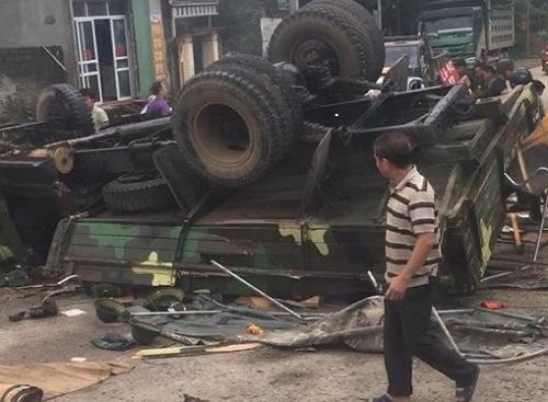 Xe chở bộ đội ra thao trường bị lật, hơn 30 chiến sĩ bị thương - Ảnh 1