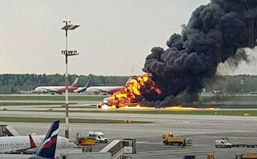 Nghi vấn bất ngờ khiến máy bay Nga lao xuống đường băng bốc cháy dữ dội - Ảnh 1