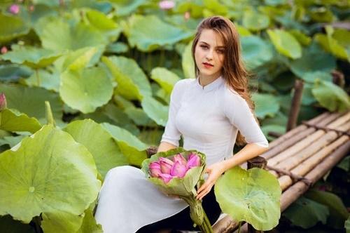 """Cận cảnh vẻ đẹp hút hồn của cô gái ngoại quốc thả dáng bên hồ sen gây """"sốt"""" mạng xã hội - Ảnh 2"""