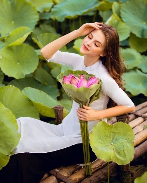 """Cận cảnh vẻ đẹp hút hồn của cô gái ngoại quốc thả dáng bên hồ sen gây """"sốt"""" mạng xã hội - Ảnh 3"""