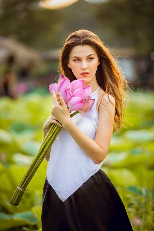 """Cận cảnh vẻ đẹp hút hồn của cô gái ngoại quốc thả dáng bên hồ sen gây """"sốt"""" mạng xã hội - Ảnh 5"""