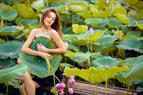 """Cận cảnh vẻ đẹp hút hồn của cô gái ngoại quốc thả dáng bên hồ sen gây """"sốt"""" mạng xã hội - Ảnh 7"""
