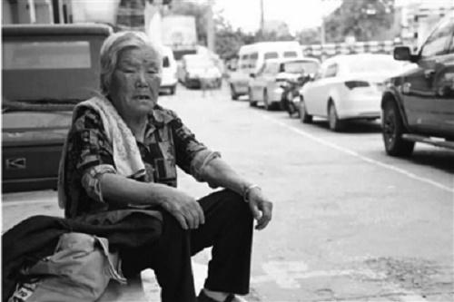 Nghẹn lòng hình ảnh bà nội 8 tiếng mỗi ngày chờ cháu ở cổng trường - Ảnh 1